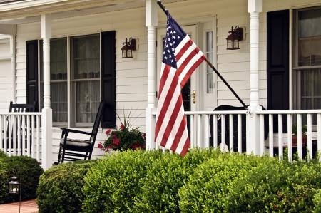 casa colonial: Porche delantero de la casa colonial blanca Foto de archivo
