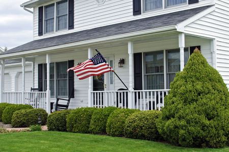 wit twee verhaal koloniaal huis met Amerikaanse vlag