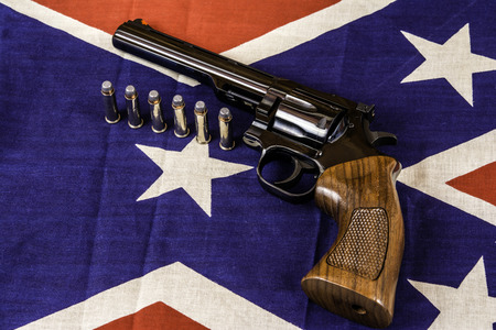 magnum: magnum arme de poing et des balles sur conf�d�r� drapeau de bataille Banque d'images