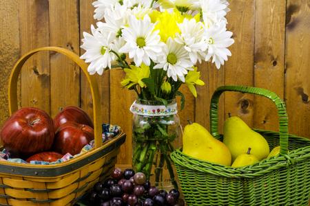 cestas de frutas: cestas de frutas y flores frescas cortadas