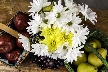 canastas de frutas: cestas de frutas y ramo de flores de primavera