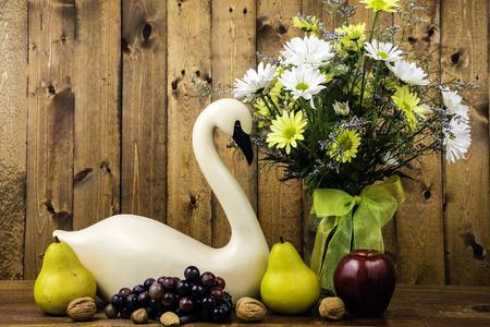bouquet fleur: sculpté cygne et bouquet de fleurs sur fond de bois