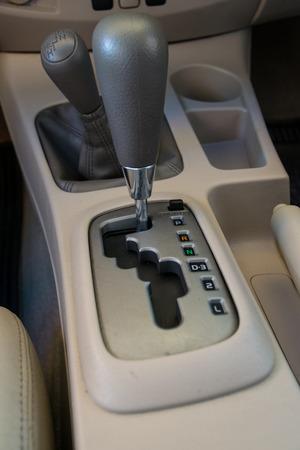Autoinnenraum. Automatik-Getriebe Gangschaltung.