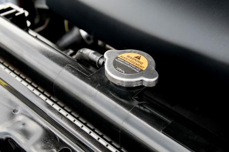 Coperchio metallico su un radiatore per il raffreddamento del motore Archivio Fotografico - 37127611