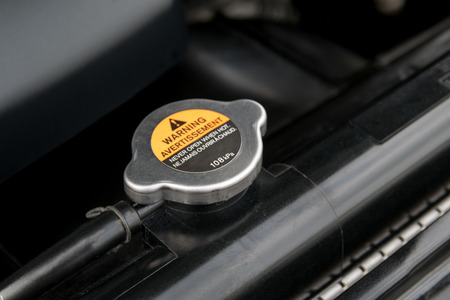 Coperchio metallico su un radiatore per il raffreddamento del motore Archivio Fotografico - 37107337