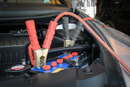 Ladebatterie Auto mit Strom Trog Starthilfekabel