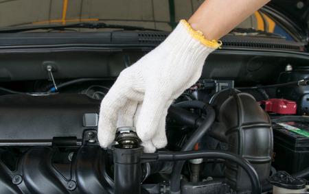 Hand offene Ventil Metallabdeckung auf einem Motorkühler Lizenzfreie Bilder
