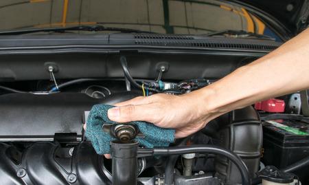 Mano coperchio di metallo valvola aperta su un radiatore per il raffreddamento del motore Archivio Fotografico - 41130107