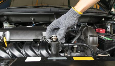 open hand afsluiter metalen deksel op een radiator voor motorkoeling