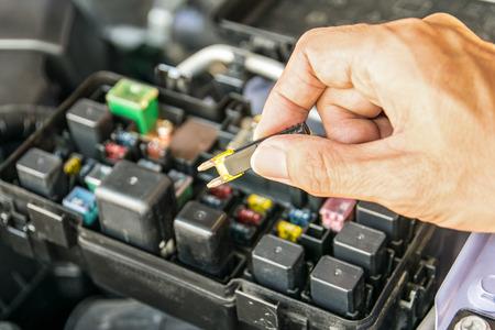 Il controllo di un fusibile auto Meccanico auto Archivio Fotografico - 41130106