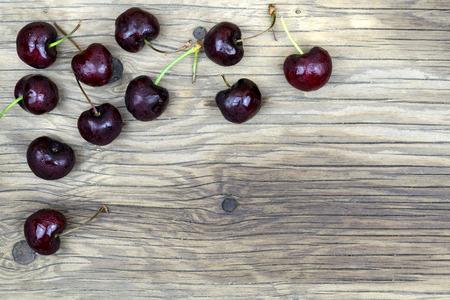 cereza: fresh cherries on wooden table.Selective focus.