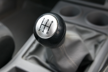 車のインテリア。マニュアル トランス ミッションのギアのシフト。
