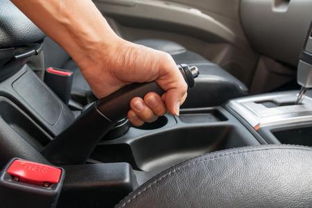Driver di tirare il freno a mano in auto Archivio Fotografico - 54551950