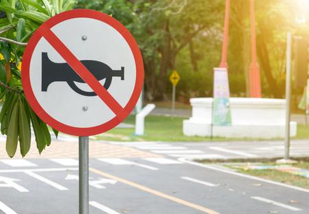 ruido: pitar señal de prohibición para los automóviles ya que ningún cuerno que sopla