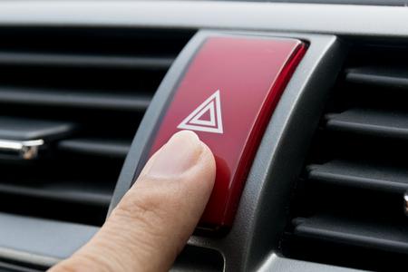 Notruftaste im Auto. Lizenzfreie Bilder