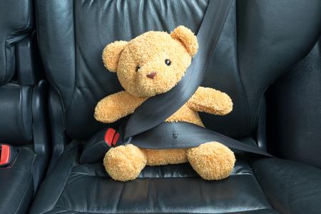 Teddybär auf dem Rücksitz eines Autos befestigt Lizenzfreie Bilder