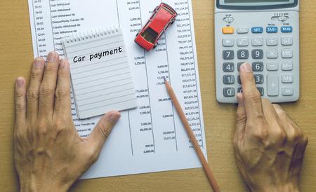 Pagamento di auto di pianificazione uomo, concetto di finanza