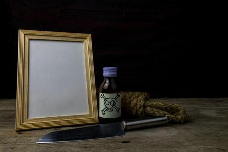 suspenso: Marco de imagen y el veneno y el cuchillo. Concepto Romance Suspenso