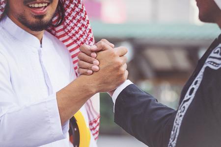 Uomini d & # 39 ; affari arabo handshaking operaio sul cantiere Archivio Fotografico - 80100984