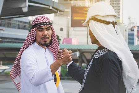 Árabe, hombres de negocios, trabajadores, apretón de manos, construcción, sitio
