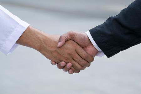 Arabische Geschäftsleute Arbeiter Handshake auf Baustelle Lizenzfreie Bilder