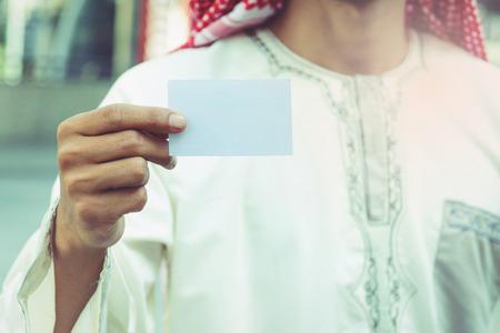 Arabische Geschäftsmann Hand zeigt Visitenkarte