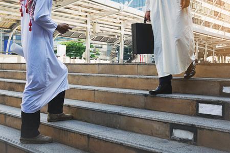 Arabischer Geschäftsmann hält Tasche erfolgreich Lizenzfreie Bilder