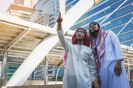 Zwei arabische Geschäftsleute stehen, indem sie beide Hände in der Stadt, Business gutes Gefühl Konzept