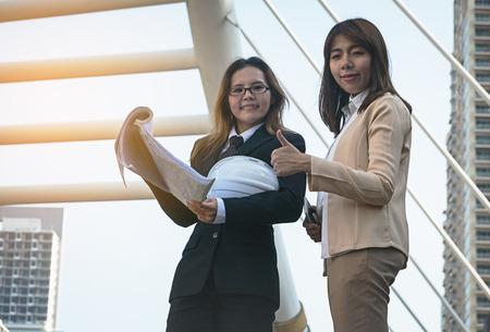 Zwei Geschäftsfrauen Arbeiter Handshaking auf Baustelle Lizenzfreie Bilder