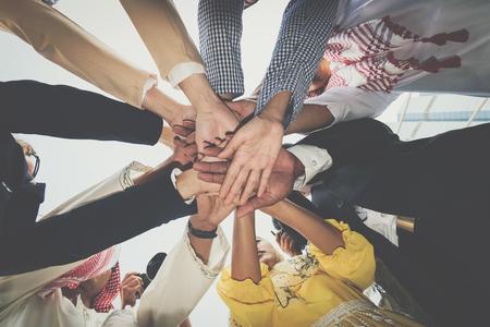 Gruppo di uomini d'affari che si unisce. Concetto di lavoro di squadra. Archivio Fotografico - 89547220