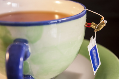 Climbing Cup of Tea Banco de Imagens - 87322856