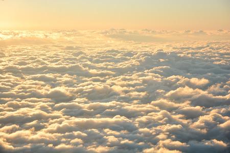 Hemel en wolken in de avond uit vliegtuig wordt genomen dat