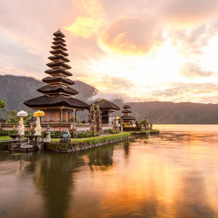 ブラタン湖バリ インドネシアのプラ ウルン ダヌ ブラタン ヒンドゥー教寺院