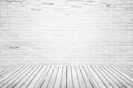 pared rota: Antiguo espacio interior con pared de ladrillo blanco roto y el grunge piso de madera de la textura