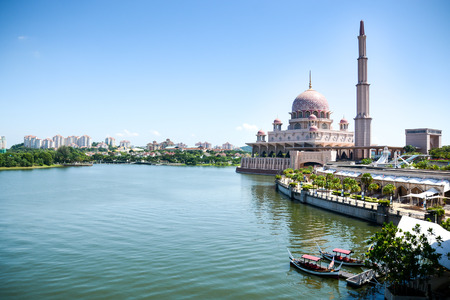 PUTRAJAYA MALAYSIA MAY 25 2015 : Putra Mosque Masjid Putra is the principal mosque of Putrajaya Malaysia. Construction began in 1997 and was completed two years later. Zdjęcie Seryjne