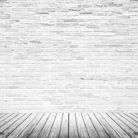 Oude interieur kamer met gebroken witte bakstenen muur en grunge houten vloer textuur