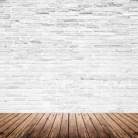 fondo: Antiguo espacio interior con pared de ladrillo blanco roto y el grunge piso de madera de la textura