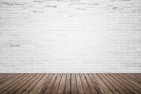 壊れた白レンガ壁とグランジの木製の床の質感と古いインテリア部屋 写真素材