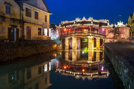 ponte giapponese: HOI AN VIETNAM 24 ottobre 2012: Ponte giapponese con una bella illuminazione di notte in Hoi An antica città di Quang Nam provincia Vietnam