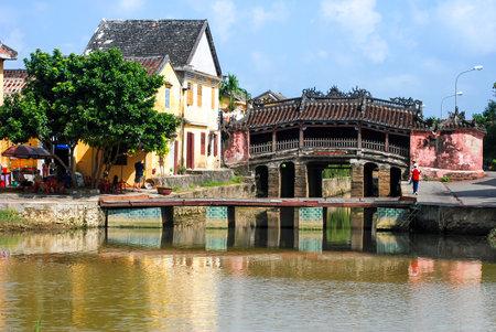 ponte giapponese: Hoi An, Vietnam - 24 Ottobre 2012 - Veduta di un antico ponte giapponese. Hoi An è patrimonio culturale del mondo e famosa attrazione in Vietnam