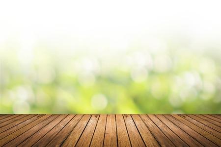 Brown grunge houten vloer met abstracte onscherpe achtergrond in het licht groene natuur klankkleur. gebruiken voor achtergrond of web design in milieu-concept. Stockfoto