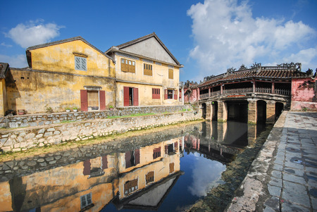 ponte giapponese: HOI AN, VIETNAM - OCTOBER 24, 2012 - View of Ancient Japanese Bridge and houses in Hoi An, the Worlds cultural heritage and famous attraction in Vietnam. Archivio Fotografico