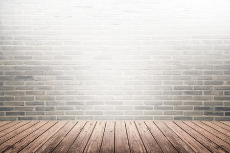 broken wall: Antigua habitaci�n interior con pared de ladrillo roto oscuro y marr�n grunge textura de suelo de madera con la luz en la parte superior