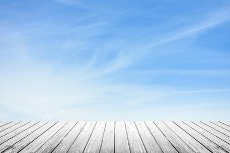 Weiß-Grunge-Holzboden und Unschärfe Himmel mit Cirrus-Wolken Standard-Bild - 44974283