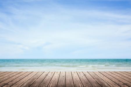 Holzboden mit Meer und Himmel Hintergrund unscharf Standard-Bild - 44974292