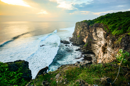 インドネシア ・ バリ島ウルワトゥ寺院で高い崖の風光明媚な風景