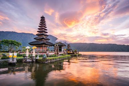 プラ ウルン ・ ダヌ ・ ブラタン、ブラタン湖の景色、バリ、インドネシアの有名な観光名所の一つにヒンズー教の寺院 写真素材