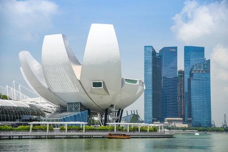 SINGAPUR - 6. MAI 2016: Stadtbild von Singapur-Skylinen und von Kunst-Wissenschaftsmuseum bei Marina Bay Sands, eins der berühmten Touristenattraktion in Asien. Standard-Bild - 61756167