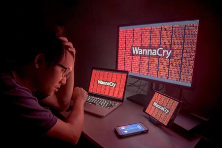 WannaCry Ransomware Angriff auf Desktop-Bildschirm, Notebook und Smartphone, Internet Cyber-Attacke mit Anonymous Anrufe auf Smartphone, um die Lösegeld-Zahlung zu erhalten, um den Code zu entschlüsseln Standard-Bild - 78351153