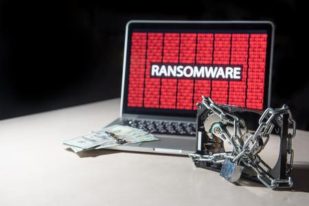 モニターとハード ディスクのファイルがロックされてインターネット セキュリティ侵害ランサムウェア サイバー攻撃を表示します。セキュリティ 写真素材